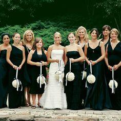 Vestidos em Preto e Branco São uma graça e causam impacto nas fotos dos noivos. Esta é uma tendência que cresce nos Estados Unidos e começou a ganhar espaço no Brasil. Neste caso o ideal é que todas as madrinhas usem o mesmo modelo.