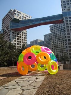 Summer Igloo Summer Igloo was an cradle to cradle pavilion built at the 2014 C!here Art Crawl in Beijing. The idea is to build a small intimate space with in a large public area. Using a normal every day object in this case the inflatable pool toys, to cr Bar Deco, Inflatable Pool Toys, Giant Inflatable Pool Floats, Party Mottos, Decoration Evenementielle, Glow Party Decorations, Instalation Art, Ideias Diy, Public Art