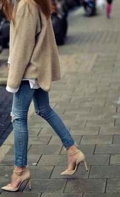 Over-sized oatmeal sweater, destroyed skinny jeans and sexy ankle strap nude pumps! Looks Street Style, Looks Style, Mode Chic, Mode Style, Look Fashion, Womens Fashion, Fashion Trends, Fall Fashion, Street Fashion