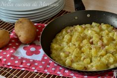 Le patate pancettate sono un contorno a base di patate veloce e sfizioso. Si preparano in pochi minuti e servono solo tre ingredienti.