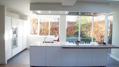 MoreFloors Vloeren Breda -Reuze visgraat 150 x 600 mm licht gerookt + wit overgang naar 100 x 100 cm tegels beton look antraciet eigen import