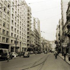 Década de 40 - Rua Xavier de Toledo, centro de São Paulo. Ao fundo a praça Ramos de Azevedo com o Teatro Municipal.
