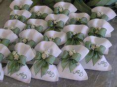 Easy To Grow Houseplants Clean the Air Sacchetti Lino Wedding Cake Boxes, Wedding Favor Bags, Wedding Candy, Wedding Gifts, Gardenia Wedding, Easy To Grow Houseplants, Burlap Bags, Baptism Favors, Useful Origami