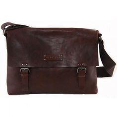 Sacoche Brisbane en cuir – (166.00€). Simple et élégante, cette sacoche en cuir deviendra rapidement un indispensable du quotidien de votre papa !