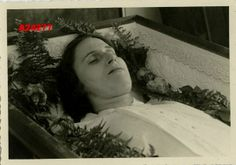 middle aged german woman in coffin Modern Victorian, Victorian Era, Post Mortem Pictures, Post Mortem Photography, Book Of The Dead, Antique Pictures, Momento Mori, Casket, Present Day