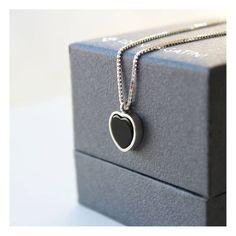 Colar de ônix em formato de coração. Joia feita à mão em prata 960. Joalheria artesanal. Colar delicado, minimalista e romântico.