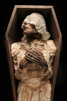 Corpse Bride by Joshua Hoffine (https://joshuahoffine.wordpress.com/2012/12/13/corpse-bride/amp/)
