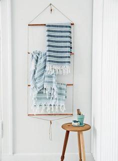 The best DIY projects & DIY ideas and tutorials: sewing, paper craft, DIY. Diy Crafts Ideas DIY Bathroom Towel Rack with Copper Pipes Diy Para A Casa, Diy Casa, Arte Pallet, Diy Home Decor, Room Decor, Home Decoracion, Towel Rack Bathroom, Bath Towels, Ideas Hogar