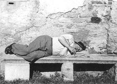 Er hat die Moderne nicht verschlafen: Ludwig Mies van der Rohe  während eines Aufenthaltes in Pura/Tessin, auf einer steinernen Bank liegend, Oktober  1933