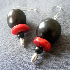 Boucles d'Oreilles Ethniques Bois Précieux Ebène et Corail Rouge : Boucles d'oreille par la-fabrique-de-loulette