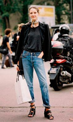 Street style look com blazer preto, calça jeans e tshirt.