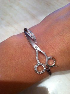 Would be great idea for a Hair dresser/Cosmetologist! Diy Jewelry, Jewelry Accessories, Do It Yourself Jewelry, Grooming Salon, Estilo Fashion, Beauty Shop, Cosmetology, Hair And Nails, Kendall