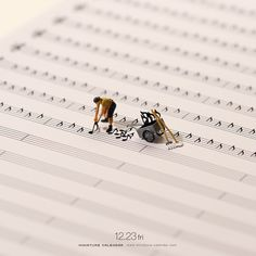 Bigger doesn't always mean better, as Japanese artist Tatsuya Tanaka proves with these tiny dioramas that he makes for his ongoing Miniature Calendar project. Miniature Photography, Art Photography, Miniature Calendar, Inspiration Artistique, Tiny World, Foto Art, Art Graphique, Japanese Artists, Art Plastique