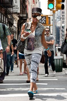Street photography: Flamboyantly dressed woman crossing the street