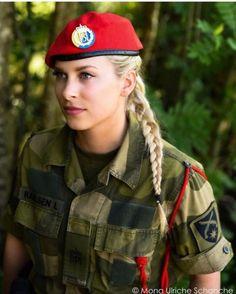 Norwegen - Militärpolizei - Women and Uniform - Military Idf Women, Military Women, Mädchen In Uniform, Military Girl, Military Police, Girls Uniforms, Female Soldier, Warrior Girl, Beautiful Women