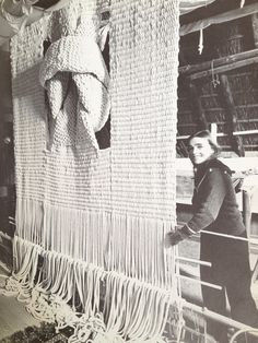 Hicks and her macrame art. Sheila Hicks and her macrame art. Weaving Textiles, Weaving Art, Tapestry Weaving, Loom Weaving, Hand Weaving, Textile Fiber Art, Textile Artists, Textile Texture, Art Macramé