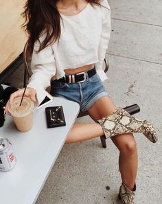 12 Trending Outfits On The Street Casual Fashion Trends Collection. Love this outfit. The Best of summer outfits in Style Outfits, Summer Outfits, Cute Outfits, Fashion Outfits, Spring Summer Fashion, Autumn Fashion, Summer Chic, Only Shorts, Looks Jeans