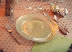 Aunt Peaches: make your own dishwasher & food-safe glitter plates with Martha Stewart craft paint. I have found no other DIY pins for glitter food service items use paint that is neither dishwasher nor food-safe. Glitter Art, Green Glitter, Gold Glitter, Glitter Dress, Holographic Glitter, Glitter Nails, Mod Podge Crafts, Diy Crafts, Aunt Peaches