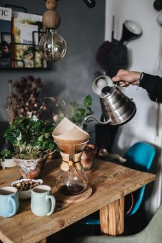 Home Decoration Design Ideas Pour Over Coffee, Drip Coffee, Coffee Break, Morning Coffee, Coffee Study, Milk Shakes, Coffee Cafe, Coffee Shop, Coffee Lovers