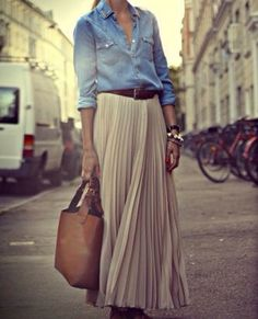 Get the Look: Casual Chic Maxi Skirt + Chambray Shirt (La Dolce Vita - Mode - Jupe Mode Outfits, Casual Outfits, Fashion Outfits, Womens Fashion, Pleated Skirt Outfit Casual, Women's Skirts Outfits, Long Skirt Outfits For Summer, Casual Shirt, Summer Maxi