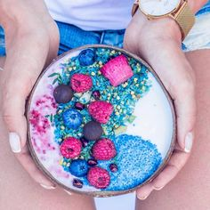 🌈 Most dreamiest bowl filled with unicorn goodness 🦄 This bowl contains coconut yoghurt with chia pudding and our magical superfood powders 🌙🐬 - Created by Homemade Acai Bowl, Homemade Popsicles, Delicious Fruit, Yummy Food, Healthy Eating Recipes, Healthy Eats, Cooking Recipes, Boite A Lunch, Smoothie Bowl