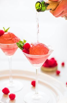 This Raspberry Champagne Float is an easy, beautiful, and fun addition to any celebration! Raspberry sherbet or sorbet topped with champagne. Simple and delicious! Champagne Sorbet, Champagne Recipe, Champagne Brunch, Champagne Birthday, Desserts In A Glass, Pink Desserts, Fun Drinks, Yummy Drinks, Beach Drinks