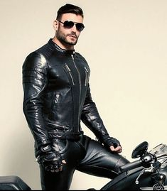 All about shiny, sexy black leather and rubber Mens Leather Pants, Biker Leather, Leather Gloves, Black Leather, Motorbike Leathers, Motorbike Jackets, Leder Outfits, Sexy Beard, Mens Gloves