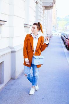 Sporty Casual steht heute am Programm. Ein Mix für den Alltag aus Sneaker, Boyfriend Jeans und weißem Body findet ihr jetzt im Fashion Magazin!