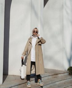 Hijab And Coat Style You Need To Warm Up Your Body This Season - When it comes to hijab fashion, there are some tips on how to wear them to make the most of the whole outfit. Modest Fashion Hijab, Modern Hijab Fashion, Street Hijab Fashion, Hijab Fashion Inspiration, Muslim Fashion, Fashion Outfits, Fashion Muslimah, Hijab Style, Hijab Chic
