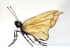 IMPRESSIONANTES INSETOS DE METAL RECICLADO Feitos com partes metálicas de veículos como carros e bicicletas, estes insetos meio steampunk são verdadeiras obras de arte do artista francês Edouard Martinet, assíduo frequentador de mercado de pulgas, ferro-velhos e feiras de sucata.