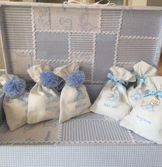 kit lembrancinha de maternidade. <br>30 Saquinhos em tecido com estampas personalizadas com vários temas, para meninos e meninas. Pode ser feito com o nome do bebê. Com medalha ou pompom. Opção sem e já com os recheios que podem ser; amêndoas, pão de mel, biscoitos ou ainda sachê. <br>1 caixa 26X36X7 em tecido e decorada. <br>Os saquinhos podem ser comprados a parte