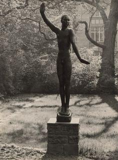 Albert Renger-Patzsch - Proclamation, sculpture (1924) by Georg Kolbe, in the Behnhaus museum garden, Lübeck; Regenpfeifer (plover), ca. 1927