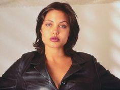 Nel 1996, poco più che ventenne, Angelina Jolie aveva qualche chilo in più rispetto a oggi. Guance paffute e viso tondo che poco valorizzavano lo sguardo da gatta e le labbra carnose. Palestra, dieta (a volte un po' troppo eccessiva) e qualche ritocchino, l'hanno trasformata nel giro di dieci anni in un vero sex symbol.
