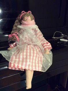 Bianca, interamente cucita a mano, alta circa 50 cm