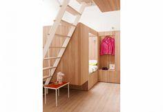 Un cubo in legno diventa una confortevole camera per due, con comodino e nicchia per i vestiti incorporata. Tutto su disegno dei designer danesi di Studiomama: il tocco scandinavo è evidente!