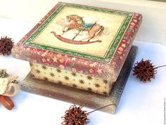 Купить или заказать Шкатулка Я люблю свою лошадку в интернет-магазине на Ярмарке Мастеров. Шкатулка выполнена в технике декупаж в стиле кантри. Массив сосны, без фанерных вставок. Нарядная шкатулочка будет отличным подарком к Рождеству и Новому году. Она как будто припорошена снежком, немножко потертая, всеми любимая. Все материалы высокого качества, на водной основе, безопасны для человека. Для получения новинок моего магазина, нажмите на панельке слева 'Добавить в…