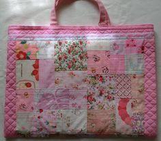ピンクのパッチワークのレッスンバックです。B5のノートを置いてみました。内側にポケットも付いています。プレゼントもあります。