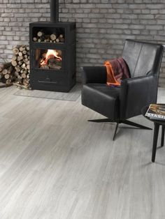 Sv tleedvinylovpodlaha EarthWerks White Oak d evo b ldub v ob vac m pokoji u krbu BOCA Praha Light grey vinyl flooring EarthWerSv tleedvinylovpo… – Renovation – definition of renovation by The Free Dictionary Grey Wood Tile, White Oak Wood, Rustic Wood Floors, Wood Tile Floors, Living Room Flooring, Bedroom Flooring, Living Rooms, Grey Vinyl Plank Flooring, Floor Colors