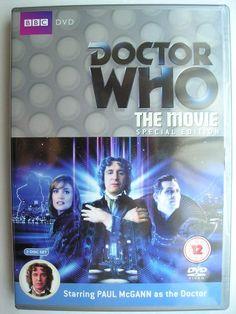 """Il Film TV, conosciuto a volte con il titolo """"Enemy Within"""", è una produzione di """"Doctor Who"""" che segue la serie classica di """"Doctor Who"""" ed è stato trasmessa nel 1996 con il Settimo Dottore, l'Ottavo Dottore e Grace. È stato scrito da Matthew Jacobs e diretto da Geoffrey Sax. Immagine della Special Edition britannica del DVD. Clicca per leggere una recensione del film TV!"""