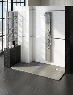 Espacio de ducha creado a partir de quitar una bañera. Hemos jugado con la combinación del plato de ducha y el acabado de la columna de hidromasaje.