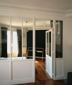 interior glazed wood interior zoom re int s the interior inte verriere wood . Glass Partition Wall, Glass Room Divider, Room Deviders, Small Space Interior Design, Interior Windows, Farmhouse Style Kitchen, Wood Interiors, Home Living, Interior Decorating