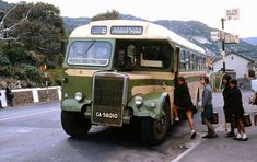 The bus to Froggy Pond.memories of an alternative history. (original post - Simonstown 1969 Miss Moss · Bygone Cape Town) Dublin, South Afrika, Le Cap, Miss Moss, Bus Stop, Most Beautiful Cities, Historical Pictures, African History, Winter Is Coming
