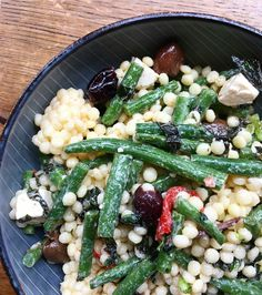 Smag salat: perle couscous, bønner, syltede peberfrugter, oliven, feta og mynte.
