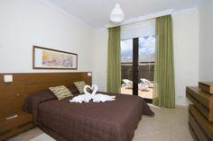 Disfruta en pareja de ésta espectacular villa en Playa Blanca (Fuerteventura) Villas, Lanzarote Hotels, Front Desk, Car Parking, Guest Room, Bed, Wi Fi, Public, Range