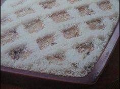 Receita de Pave de Coco - 1 vidro grande de leite de coco, 5 colheres (sopa) de açúcar, 4 colheres (sopa) de amido de milho, 4 gemas batidas, 200g de ameixas pretas, 4 claras em neve, 2 pacotes de bbiscoito champagne, 1 xícara (chá) de vinho branco doce, Coco ralado hidratado para decoração.