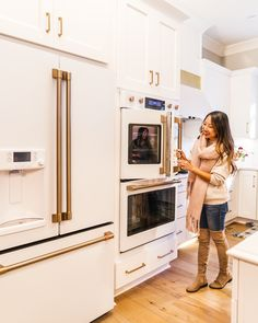 😍 All matte white kitchen with brushed copper details - my DREAM KITCHEN! is a new Brand made by GE Appliances available at Best Buy with matte white & black refrigerator, cooktop, oven, & dishwasher! appliances tips Design Blog, Küchen Design, Booth Design, White Kitchen Appliances, Kitchen White, Retro Appliances, Cleaning Appliances, Electrical Appliances, White Refrigerator