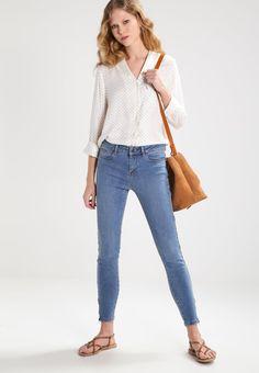¡Cómpralo ya!. Vero Moda VMSALLY Blusa snow white/black. Vero Moda VMSALLY Blusa snow white/black Ropa   | Material exterior: 100% viscosa | Ropa ¡Haz tu pedido   y disfruta de gastos de enví-o gratuitos! , blusas, blusa, blusón, blusones, blouses, blouse, smock, blouson, peasanttop, blusen, blusas, chemisiers, bluse. Blusas  de mujer color blanco de Vero moda.