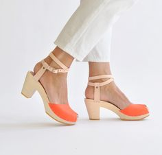 The Spring Shoe Trend You Haven't Tried (But Should) Byr Hannah Peep Toe Sandals. Handgemachte Clogs