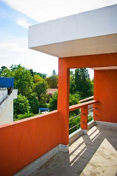 Cité Frugès 2005-3 - Le Corbusier Le Corbusier, Colour Architecture, Minimal Architecture, Building Exterior, My Dream Home, Facade, Minimalism, Pergola, Outdoor Structures