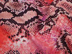 Crepe Imperial (Snake). Tecido leve, possui fluidez, suave textura e animal print de pele de cobra. Ideal para peças fluidas. Sugestão para confeccionar: Vestidos longos, camisas, saias, entre outros.